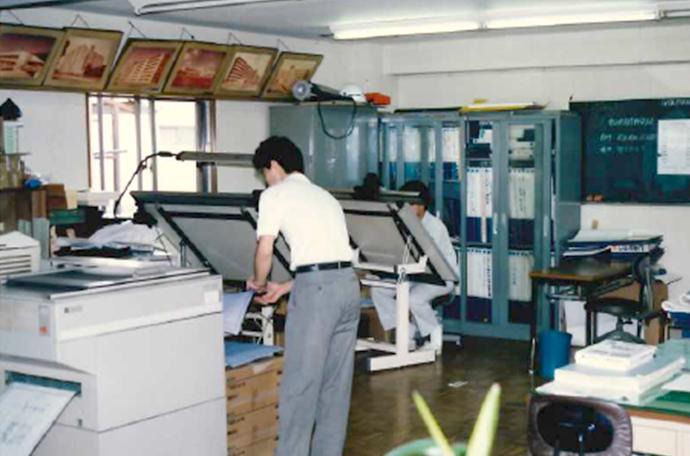 当時の本社内仕事風景